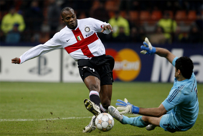 INTERNATIONAL FOOTBALL   CHAMPIONS LEAGUE 2007-2008         FC INTER-FENERBACHE 3-0     ( S.Siro Stadium Milano Italy )  DAVIS SUAZO (Inter) ON ACTION DURING  THE MATCH WITH DEMIREL (Fenerb) Golkeeper