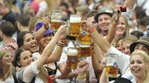 gente-tomando-cerveza-en-munich-619x348 (1)