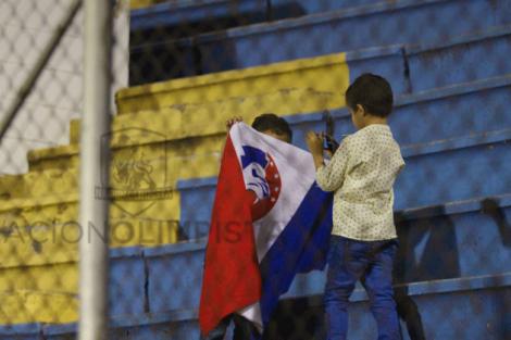 """El niño pone de frente la bandera y le dice: """"Ahora le tomas a la bandera"""