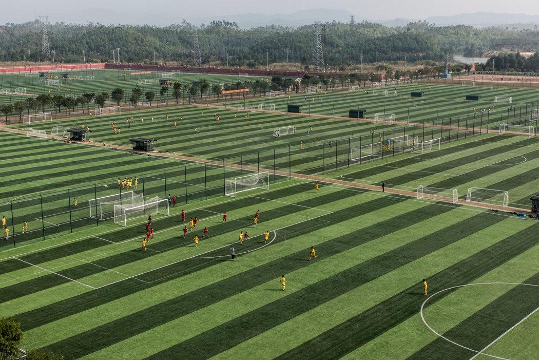 Evergrande, con 48 campos de juego, es el internado de fútbol más grande del mundo. Foto: Gilles Sabrié The New York Times