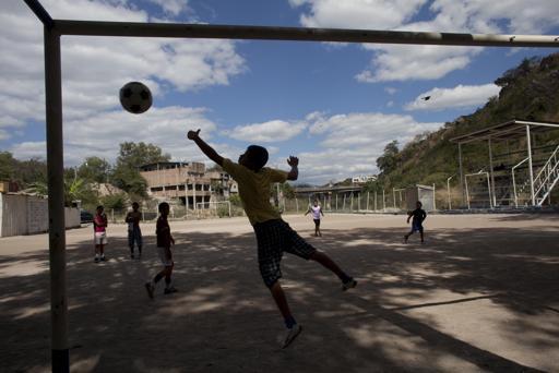 Fútbol-aleja-a-niños-hondureños-de-las-pandillas
