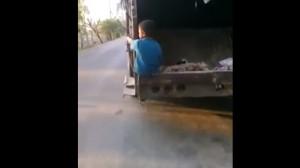 Niño en camión de basura