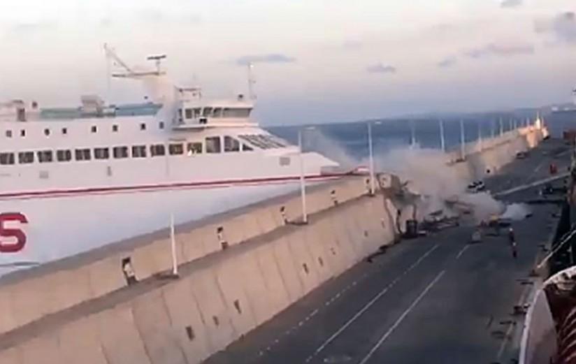 hoque de un ferry contra un puerto