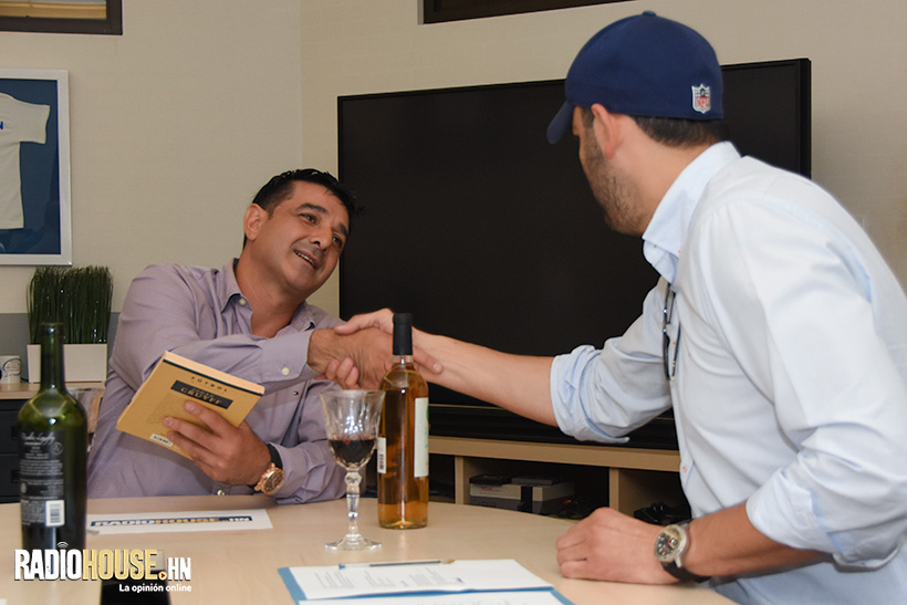 Jacobo Hernández le regala a Diego un libro especial: Mi filosofía, de Johan Cryuff.