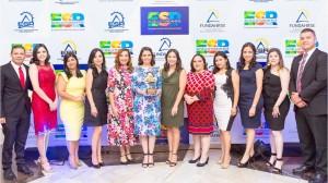 Ejecutivos de BAC Credomatic recibiendo el reconocimiento de ESR
