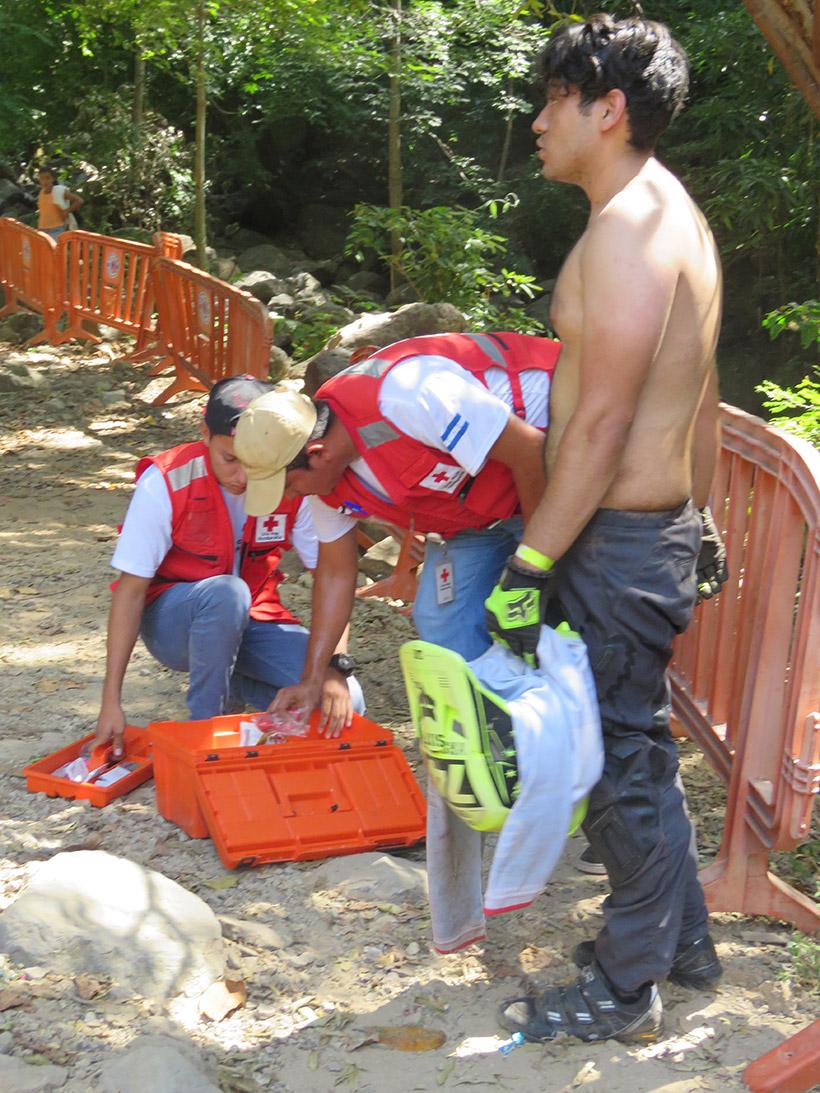Cruz Roja Hondureña atiende al tico Wiliam J Solano tras una caída el día de práctica
