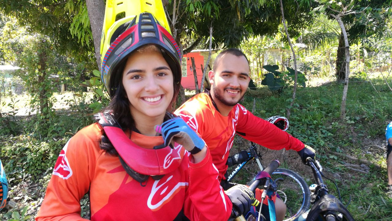 Maria junto a su hermano Diego Montoya