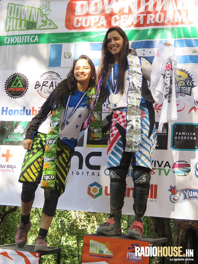 Ana y Mariajose con sus medallas.