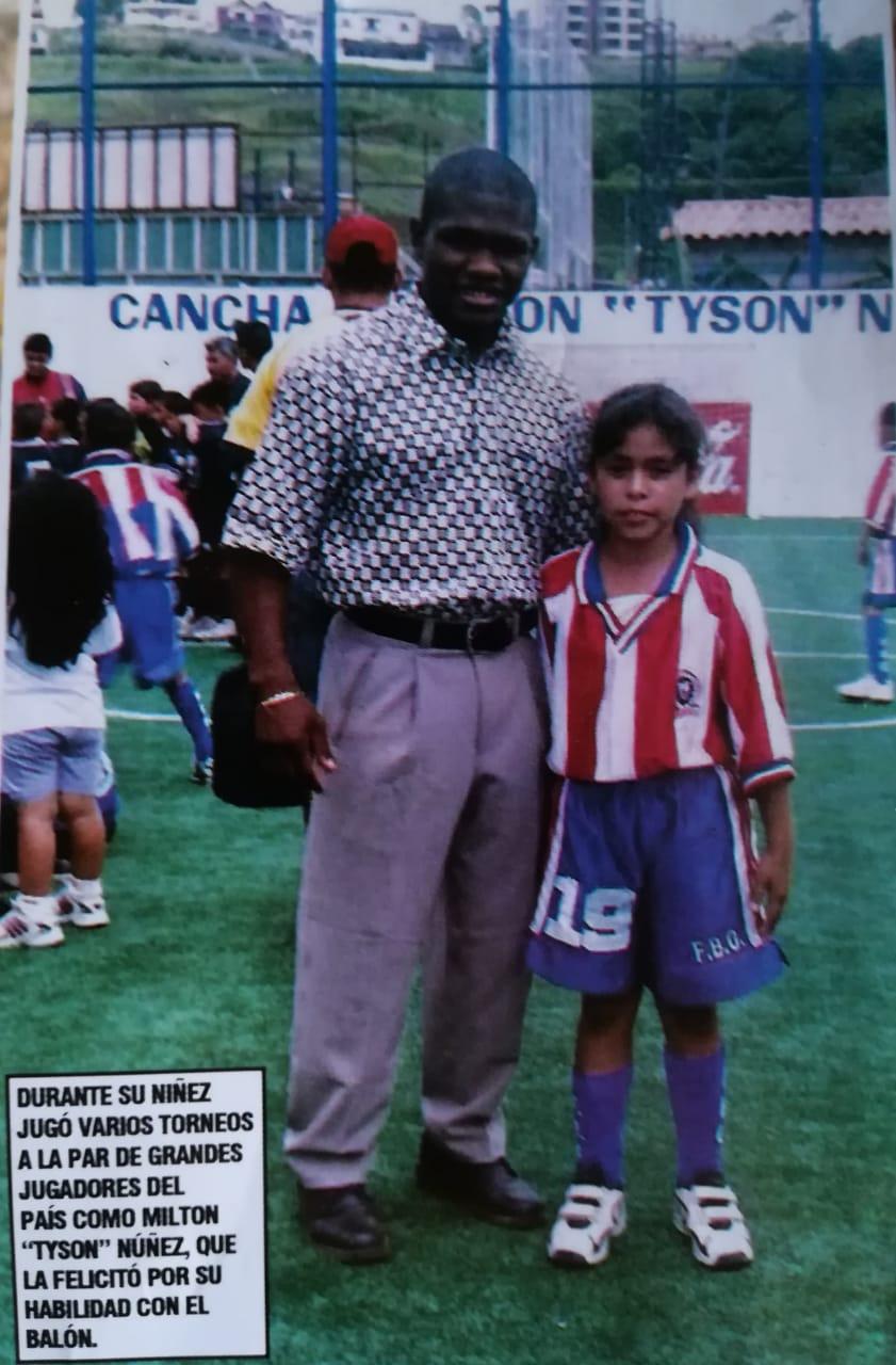 """Katherine Rodríguez en su época con Fuerzas Básicas Olimpistas (FBO), junto al delantero """"Tyson"""" Núñez."""