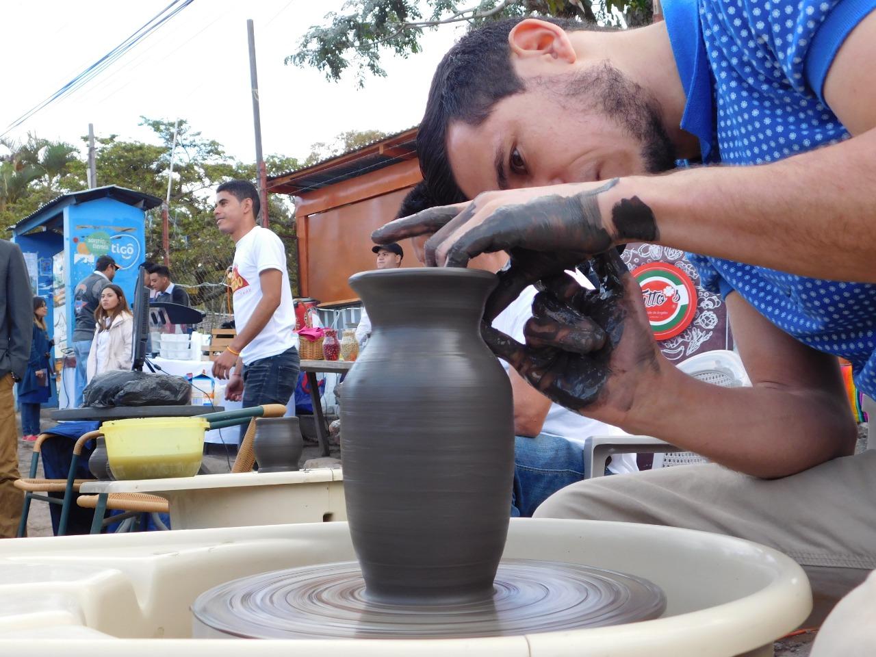 Habitante de Valle de Ángeles que se dedica a la alfarería muestra como se hace una vasija de barro.