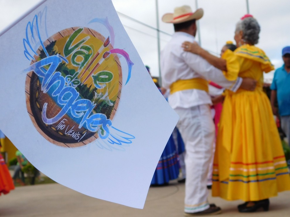 Grupo folclórico de mayores, realiza danza típica.