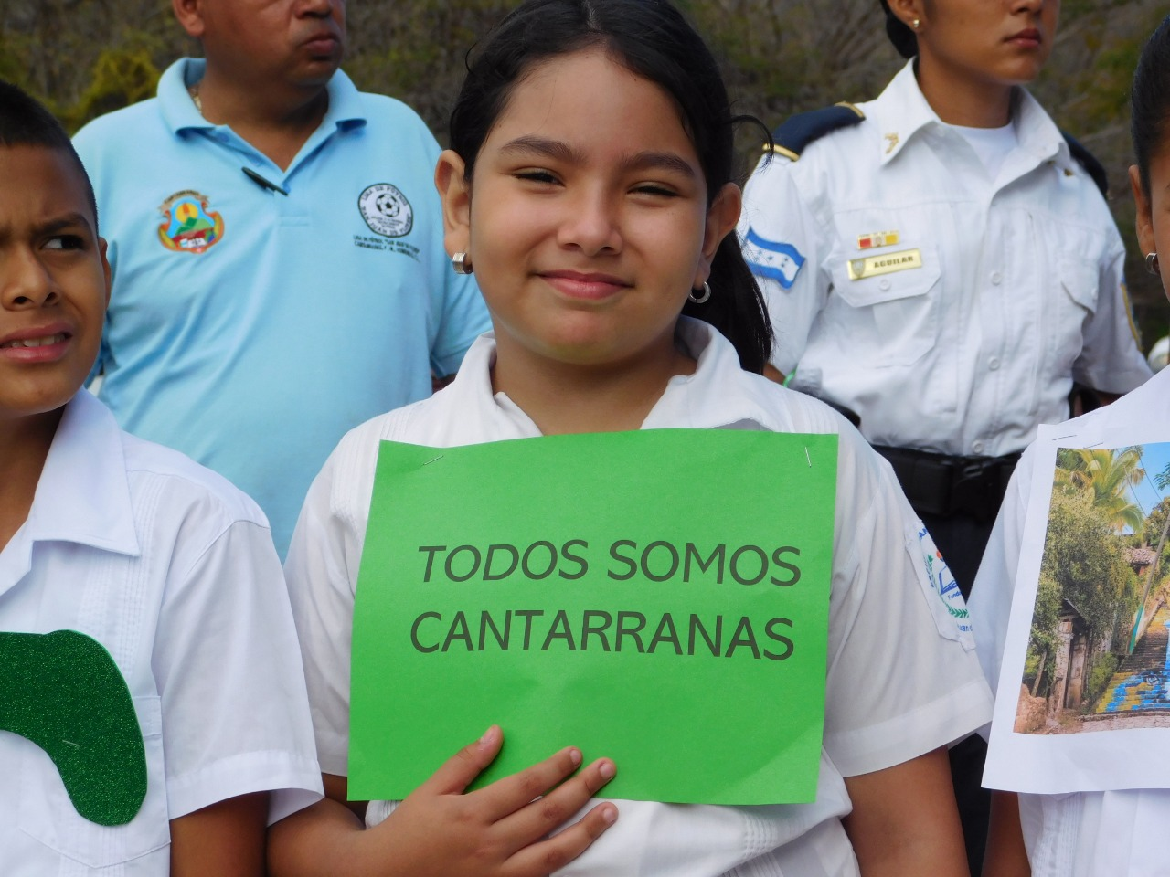 Estudiante de Cantarranas recibiendo a los turistas.