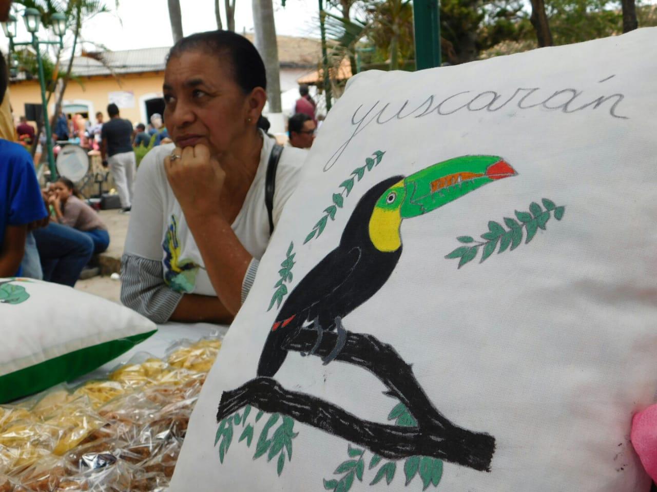Habitantes de Yuscarán exponiendo sus productos en el parque de dicho lugar.